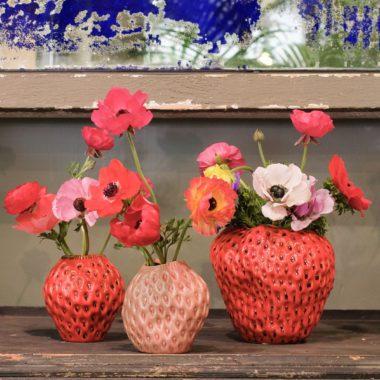 Vasi di fragola con fiori